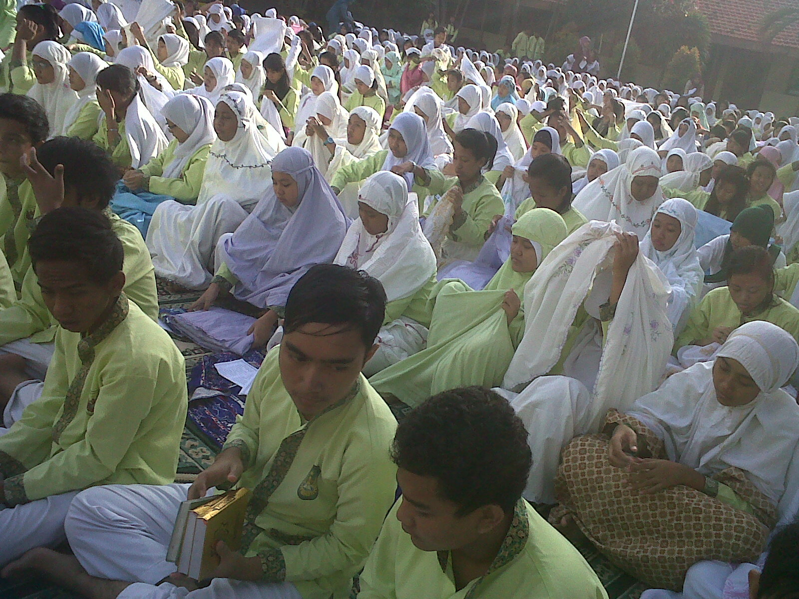 Foto ini saya ambil setelah siswa menyelesaikan Sholat Duha dan Sholat